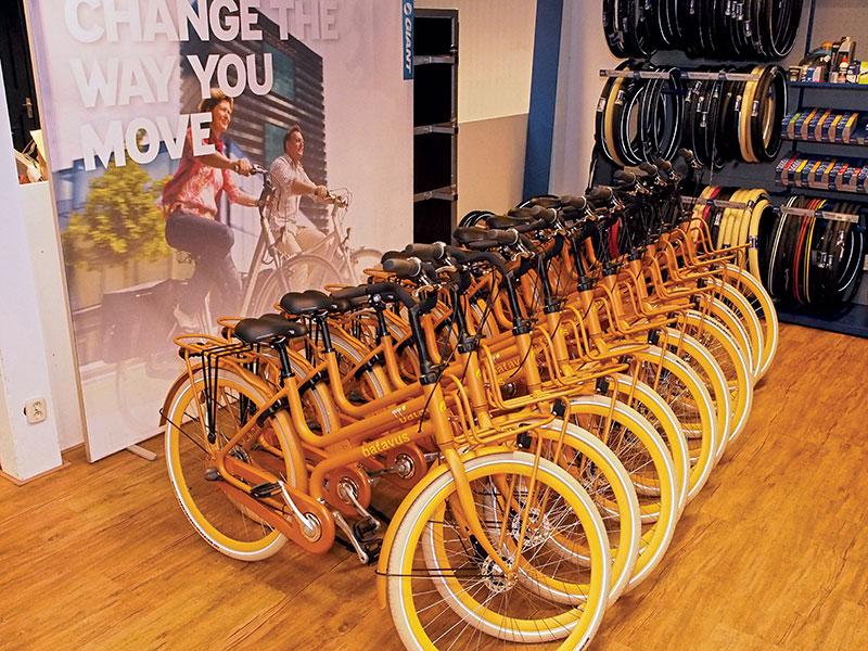 Batavus premiumdealers en Batavus e-bike experts Henk en Wietske Weerman in Wolvega monteren alle Quip's voor Friesland Holland en Boat Charter Holland af.