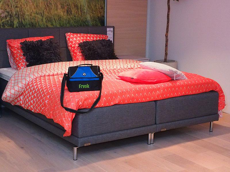 Enkele kwaliteitsbedden van Friese makelij op de grote slaapkamerafdeling van woonboulevard Home Center in Wolvega.