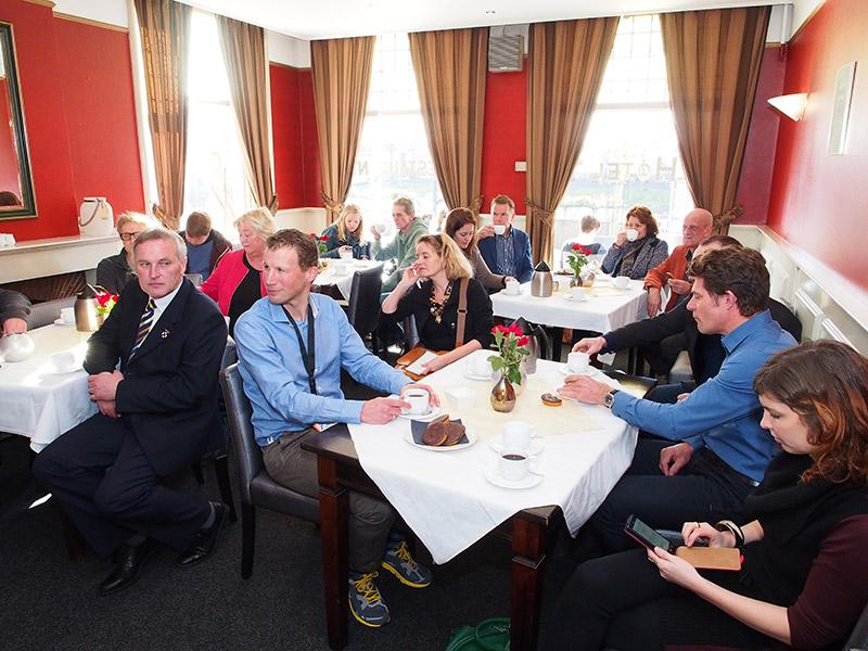 Het wereldnieuws op wandelgebied werd aan de pers gepresenteerd in een zaaltje van hotel De Posthoorn in Dokkum.
