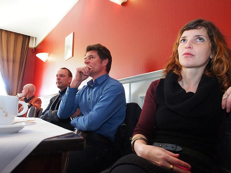 Van rechts naar links: Dore Bakker, communicatieadviseur van het Friese Merenproject, Lourens Touwen, directeur van Recreatieschap De Marrekrite en Kees Terwisscha van Scheltinga die namens Landschapsbeheer Friesland het waddenwandelproject realiseerde.