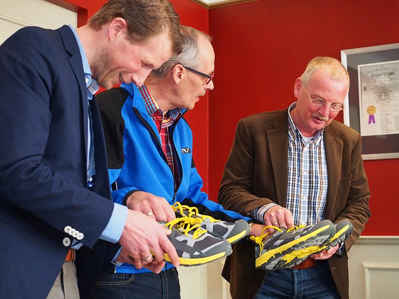 De officials (v.l.n.r. Brams Hulsman, Sicco Boorsma en Tjisse Brookman) waren goed voorbereid op 50 meter Elfstedenwandelpad. Op Scherjontjes (http://klompen-scherjon.nl/) kan ook.