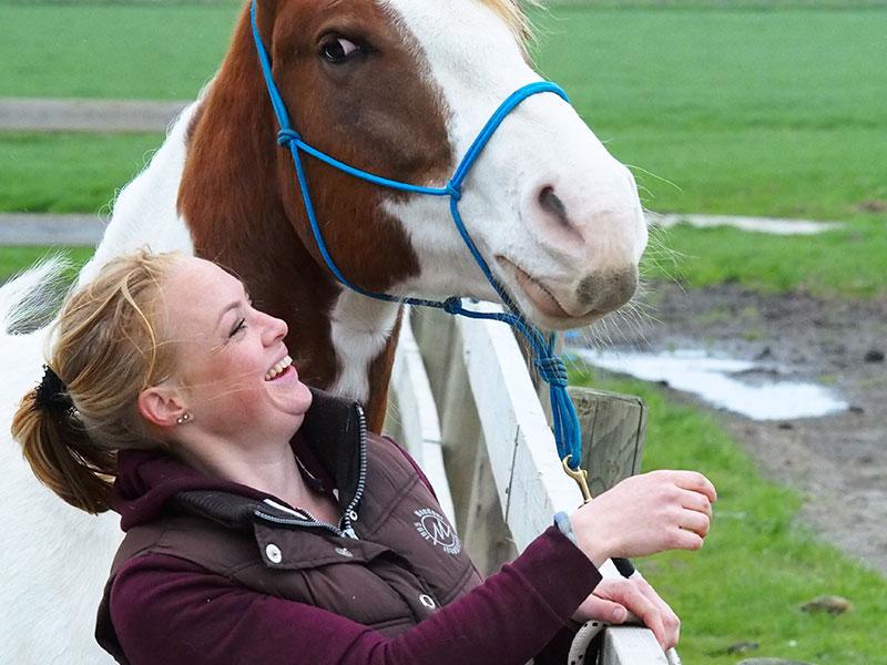 Femke en haar bijna Quarterhorse Joy hebben altijd lol. Dat kan Femke ook regelen op een afdeling van een gemeentehuis of bedrijf, met behulp van haar paard!