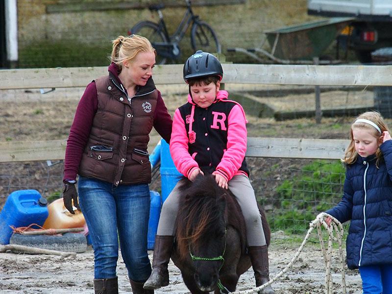 Hoe ga je met een koppige Shetland pony om? Kinderen ontdekken het zelf, bij Femke in de buitenbak.