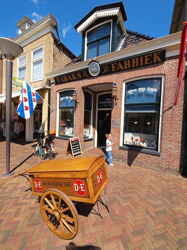 Het beroemdste winkeltje van Nederland, de museumwinkel waarin Egbert Douwes in 1753 een nering in koloniale waren startte. Daarvoor voer hij op een kofschip, die de kolk van Joure als thuishaven had, langs de Nederlandse Noordzeekust en Duitse Oostzeekust. Hij verdiende daar een aardige cent mee.