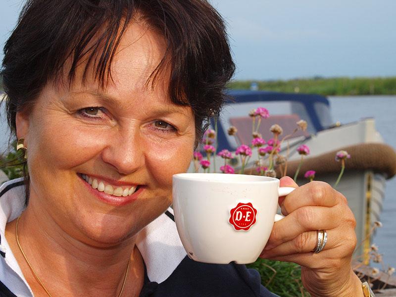 De hele wereld kent en geniet van de Friese koffiebrander Douwe Egberts.
