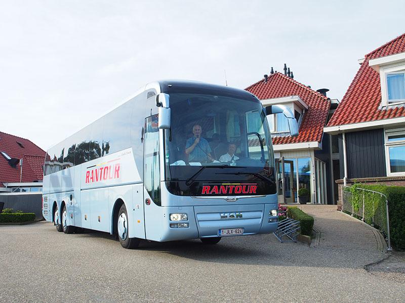 Een top busdagtocht: van hotel Galamadammen in Koudum langs de Friese IJsselmeerkust, over de Afsluitdijk naar Amsterdam en 's avonds terug via de polders van Flevoland. Friesland Holland-relatie RAN Tour uit België maakt dit soort tochten.