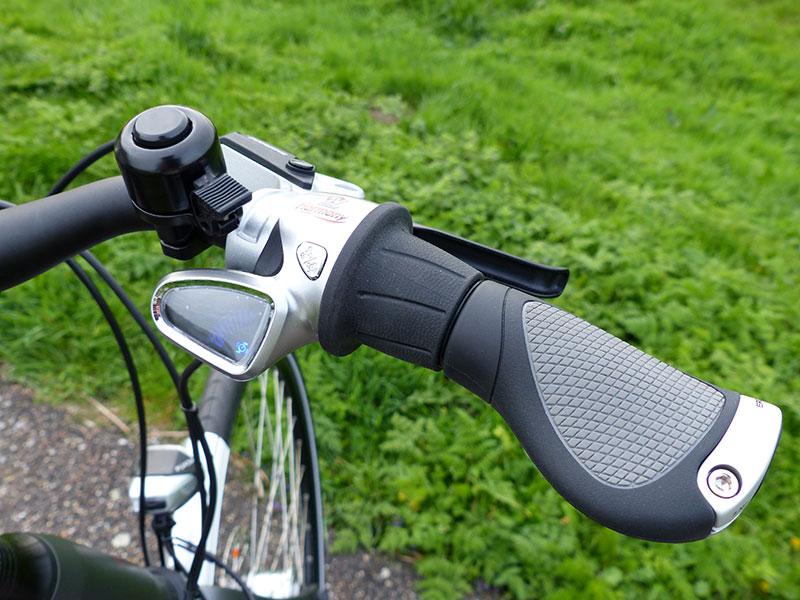 """Volgens testers van de Fietsersbond en de Consumentenbond is de NuVinci hét ideale schakelsysteem voor elektrische fietsen: altijd in de goede versnelling bij plotseling stoppen en weer wegrijden. Veel gebruikers van een e-bike met handversnelling verzuimen na afremmen of stoppen terug te schakelen. Het optrekken in een te hoge versnelling in een """"boost"""" stand kost veel energie en gaat uiteindelijk ten koste van de actieradius. Overigens kan met de Zemo ZE-10 ook handmatig geschakeld worden, maar wel weer traploos. Nog een weetje: iemand die altijd op tijd op- en terugschakelt met een e-bike met een normale versnellingsnaaf, heeft een groter bereik dan dezelfde elektrische fiets met een volautomaat, want een automaat neemt ook energie."""