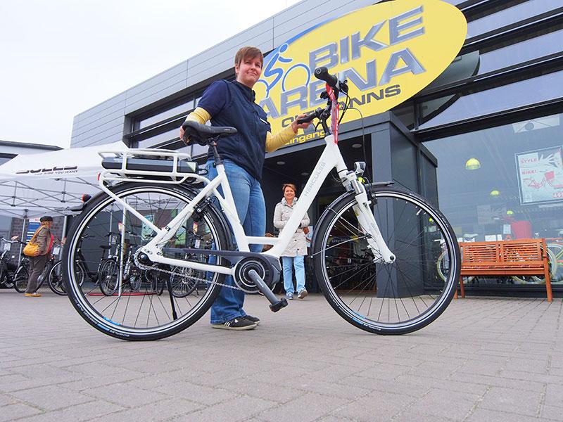 Verkoopster en monteur Timea Fekete van Bike Arena Oltmanns in Leer (Ostfriesland-Duitsland) toont de nieuwste E-bike van Hercules, de Edison met een stappen-aandrijfsysteem (Steps) van het Taiwanese merk Shimano. Wat opvalt is dat deze fiets, die €2400 kost, zeer licht fietst — en schakelt — als de trapondersteuning niet in werking is. De Hercules Edison heeft alle goede eigenschappen van een lichte toerfiets en een moderne elektrofiets. Hercules was tot voor kort eigendom van de Heerenveense Accell Group (Sparta, Koga, Batavus enz.). De nieuwe eigenaar, ZEG in Keulen, gaat het merk weer een toppositie geven met high-tech en hippe sterke frames.
