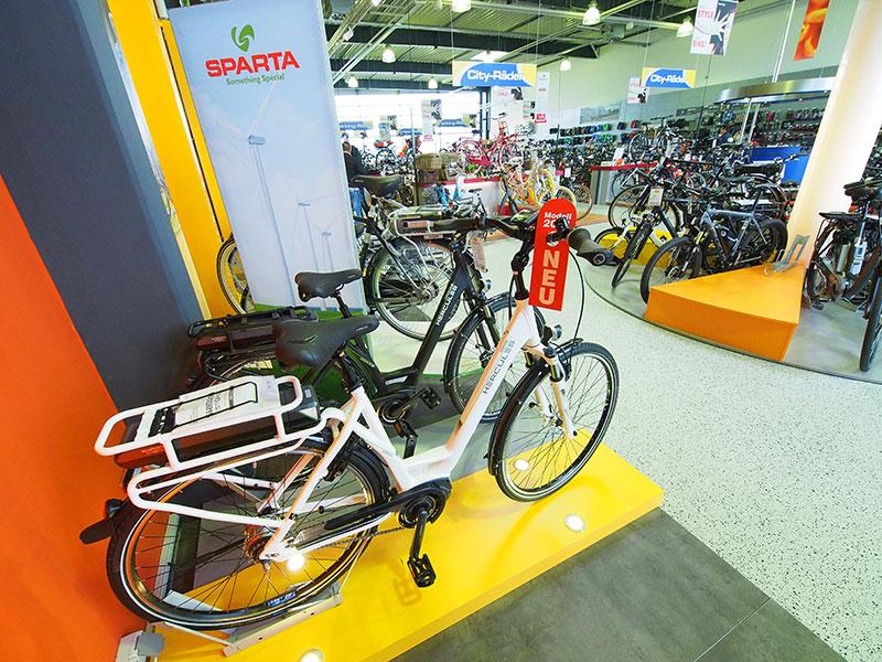 Harde confrontatie tussen Sparta (een merk van de Accell Group in Heerenveen, waartoe ook Batavus en Koga behoren) en Hercules (ex-merk van Accell) in grote Duitse fietsenzaken als Bike Arena Oltmanns in Leer. Ondanks de toenemende concurrentie van Duitse fabrikanten, is Sparta (fabriek te Apeldoorn) in Duitsland nog steeds een topmerk dankzij haar innovaties, dit in tegenstelling tot Gazelle.