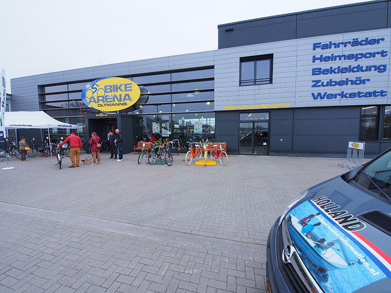 Bike Arena Oltmanns in Leer (www.bikearena-oltmanns.de/), net over de Nederlandse grens, tussen Groningen en Oldenburg, is al jaren een Fryslân-fan. De fietsgigant promoot in zijn zaak fiets- en vaarvakanties van het bureau voor toerisme Friesland Holland.