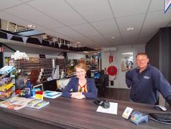 Jacco Wind en zijn trouwe rechterhand, medewerkster Jeannet Posthumus, in de nieuwe watersportzaak aan het Hellingpad en de Pier Christiaansloot.