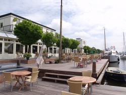Hotel-restaurant Tjongervallei, een voormalige zuivelfabriek, is een beeldbepalend gebouw in Echtenerbrug-Delfstrahuizen. Het aanzien van de zaak is fors opgekrikt met een nieuw terras met uitzicht op de brug en het ter plekke altijd aanwezige vaarverkeer. Eters en drinkers die met de boot komen, kunnen bij het hotel aanleggen.