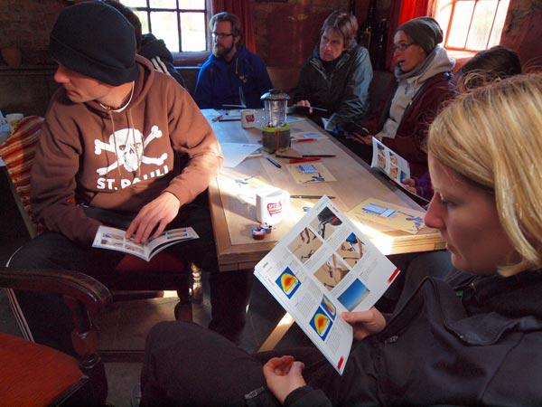 """Kitesurfles op 15 oktober 2011 in de """"schuur"""" van camping Welgelegen in Hindeloopen. De Duitse surfschool KBC pakt het """"gründlich"""" aan, compleet met mooi geïllustereerde instructieboekjes."""