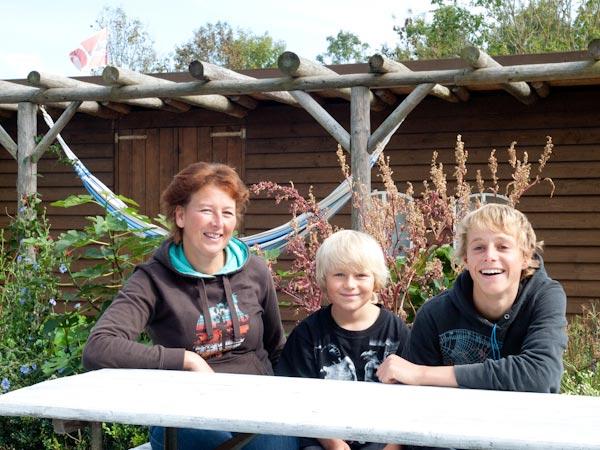 Kitefans: Cobie Harkema (43) en haar zonen Ryan (14) en Ian (7).