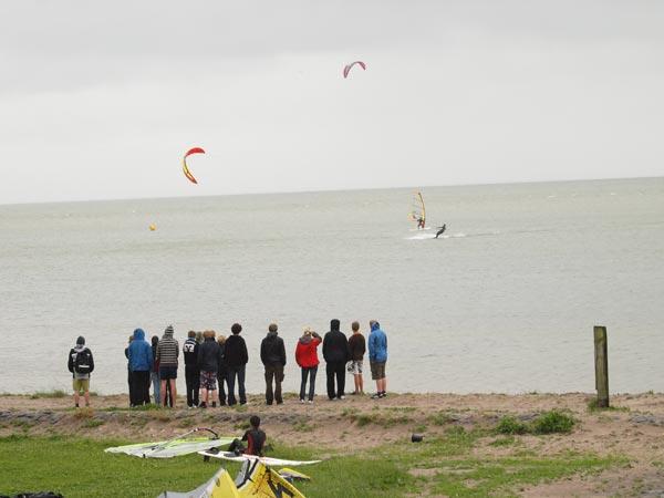 """Voor Nederlandse en Duitse kitesurfers is de kust bij het Mirnser Klif """"the place to be""""."""