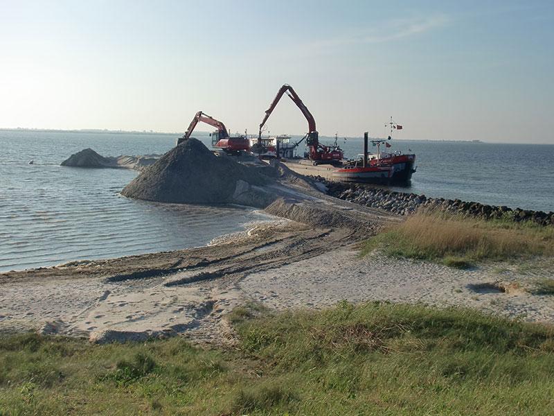 Zand uit vaargeul Makkum voor 'Kornwerderstrand'