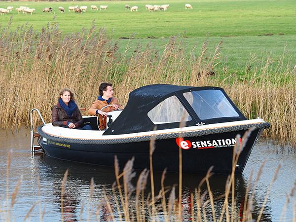 """Met de nieuwe formule E-sensation wil Friesland Holland de beleving van natuur, landschap en cultuur versterken door de inzet van elektrische sloepen, zeilboten, fietsen en auto's met geavanceerde techniek. """"De nieuwste elektrische vaar- en voertuigen zijn zeer gebruiksvriendelijk en hebben een bereik van rond de 200 km en bevorderen zodoende het volgen van toeristische routes als de Turfroute,"""" zegt Albert Hendriks van het bureau voor toerisme Friesland Holland."""
