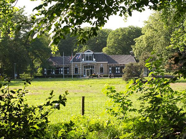 Hotel 'De Oorspong' in Huiterheide bij Sint Nicolaasga maakte tot 20 jaar geleden deel uit van de bezittingen van de bekende Friese adellijke familie Van Eysinga.