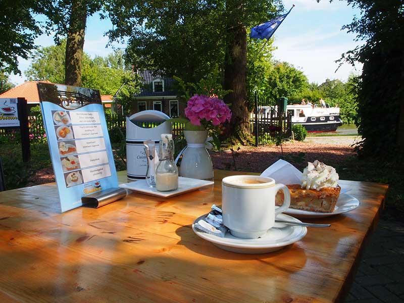 Doe de Friese winkeltjesroute op de fiets en bezoek ook de thee- en koffieschenkerij van Monica en Hans Dijkstra aan de Dokkumer Ee, pal naast het beroemde Elfstedenbruggetje. Info: www.koffieentheeschenkerijbartlehiem.nl