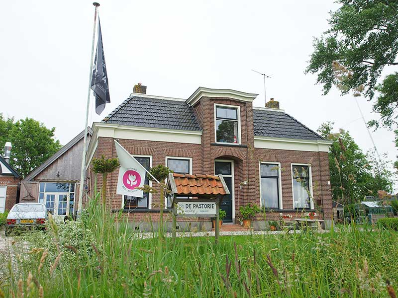 Country shop en bed and breakfast Bij De Pastorie in Reitsum.