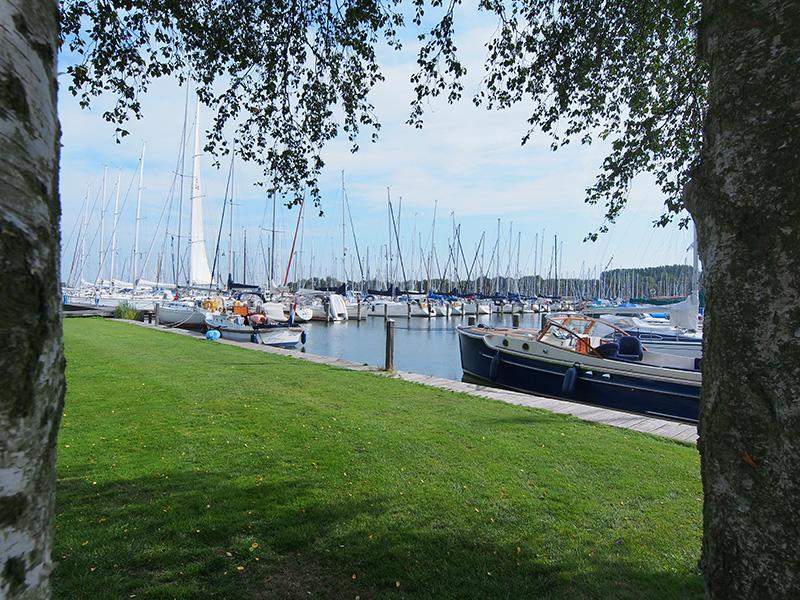 Jachthaven Waterland ligt op loopafstand van de binnenstad van Monnickendam. Zaterdags is er markt van 8.00 tot 14.00 uur. Elk half uur rijdt er een bus naar het centrum van Amsterdam.