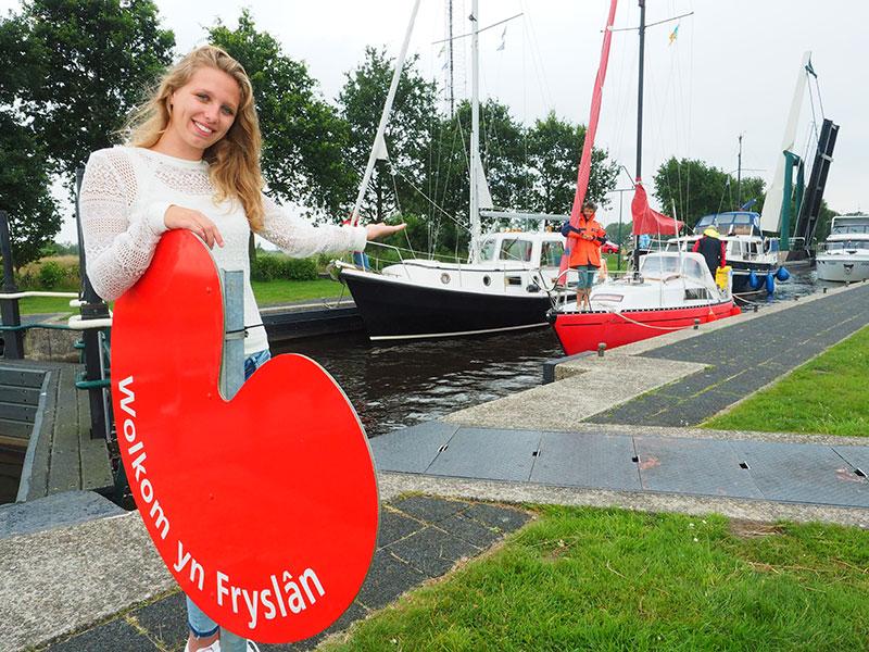 Nijetrijne, op de grens van Overijssel met Friesland. Bij de drukke Linthorst Homansluis in Nijetrijne, in de vaarroute Echtenerbrug-Ossenzijl, attendeert een groot pompeblêd je op het binnenvaren van Friesland.
