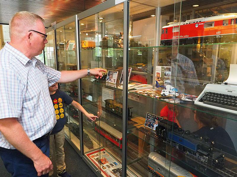 De Baantjer-baan, met plaats delict, werd 4 april 2016 geopend door acteur Peter Tuinman en wethouder Mirjam Bakker van de gemeente Súdwest-Fryslân. Politieman Appie Baantjer liet zijn hele collectie modeltreinen en toebehoren na aan het Sneker modelspoormuseum.