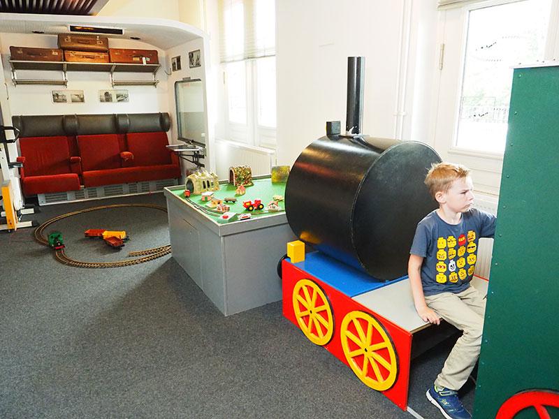 Kinderen kunnen zich uren vermaken in het Sneker stationsgebouw.
