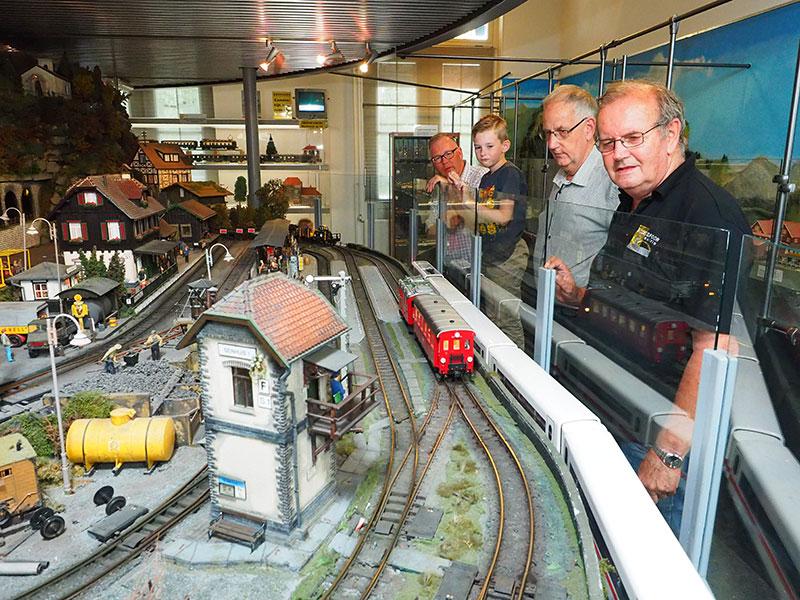 """Jan Willem van Beek, conservator Henk Looijenga en Jan van Gorkum — de laatste twee genoemden zijn vrijwilligers — krijgen nooit genoeg van """"hun"""" treinen."""