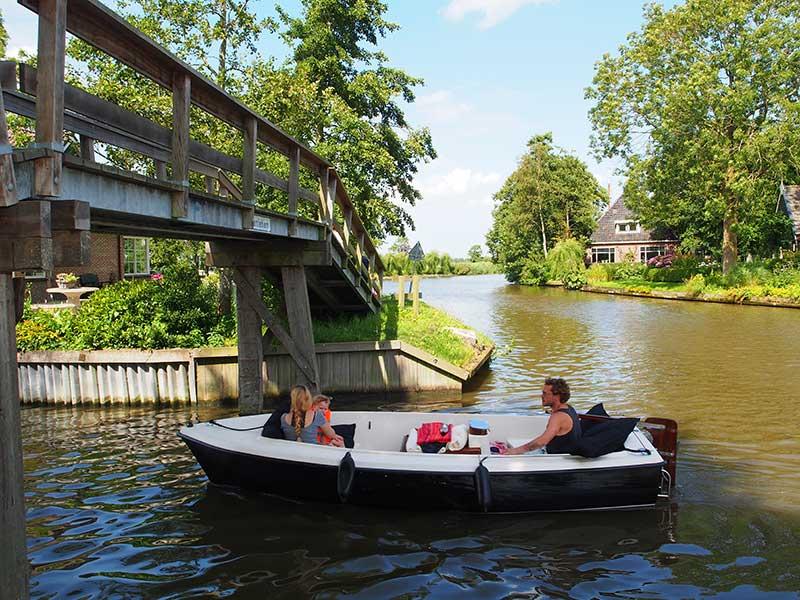 De Noordelijke Elfstedenvaarroute is landschappelijk gezien de tegenhanger van de Turfroute. De eerste voert door uitgestrekte kleigebieden met een interessante 5.000 jaar oude bewoningshistorie (terpen) en weinig bomen, de tweede door het bosrijke Zuidoost Friesland.
