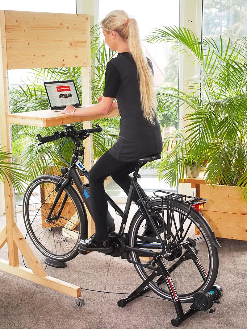 Desk cycling: werken en fitnessen met componenten van Powerplus en Batavus uit Heerenveen en een zit-stabureau van Friesland Furniture uit Wolvega.