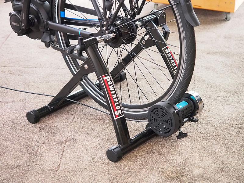 De Powerplus fietstrainer kan belast worden tot 150 kg, is geheel inklapbaar en weegt slechts 8 kg. Het loopwiel waarop de achterband rust is van polyurethaan (maximale grip en geringere bandenslijtage).