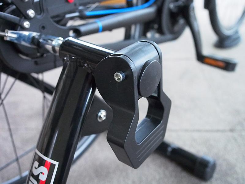 Eenmaal goed ingesteld kun je door het overhalen van deze hendel gemakkelijk de fiets uit het toestel halen of er weer in zetten.