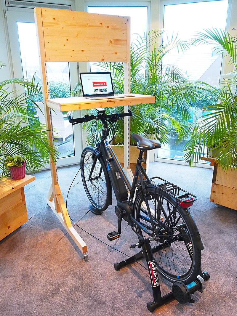 """De Razer is Batavus' hipste en lichtste e-bike (met accu 22 kg), speciaal gemaakt voor intensief woon-werkverkeer en dus solide. De fiets kreeg de GIO Special Award for Excellence. De vakjury: """"De Razer slaat een brug tussen jeugd en elektrische fietsen, tussen de scooter en de fiets, maar ook tussen de bus en fietsen. Er is sprake van een integratie van een voertuig met aandrijving en opslag van de batterij, die mooi geïntegreerd is in het design. Het loopt mooi in elkaar over. Dit is origineel omdat het een nieuwe fase inluidt van elektrische fietsen, waarbij het een volwassen product is geworden dat ook in de segmentatie van de jeugd een plaats heeft."""""""