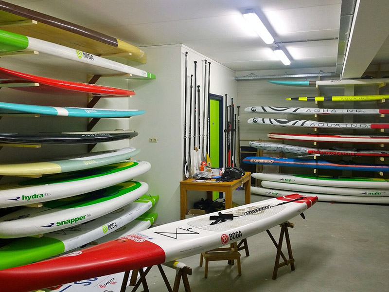 De ene plank is de andere niet. Een kijkje in de showroom van Frank Hettinga in Heeg. Op Boot Holland heeft hij bijna een kwart van de Friezenhal gevuld met boards voor suppen en surfen.