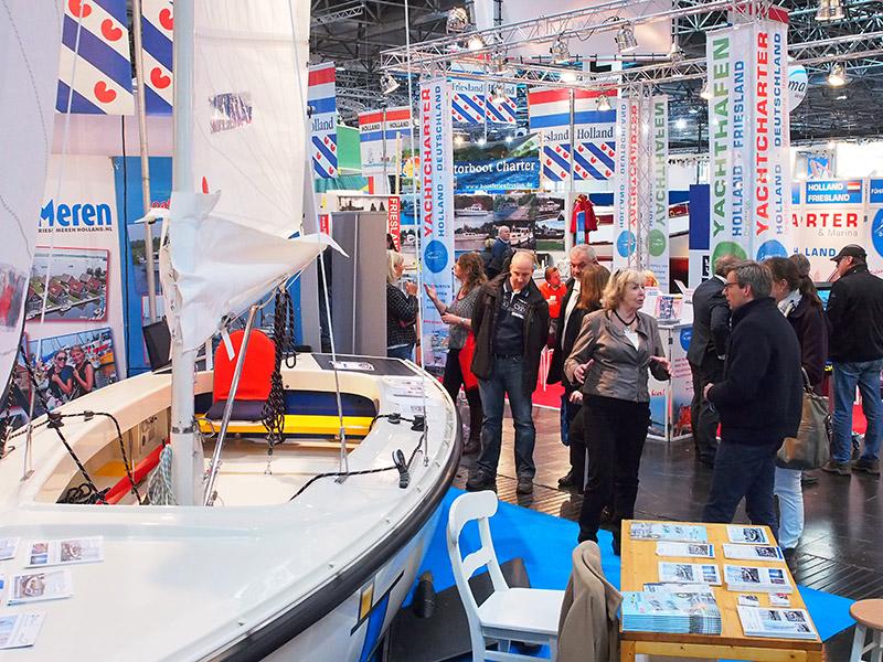 Van Boot Düsseldorf naar Boot Holland, de Friesland Holland Sailing Boat of the Year 2016, de nieuwe Motion 670 E(lectric) van Hoora Watersport uit Heeg met zonnepanelen, elektromotor in de kiel en een uitgebalanceerde maststrijkinstallatie voor eenpersoonsbediening. Vera Meijer, die met haar dochter Eva Hoora Watersport runt, geeft belangstellende bezoekers tekst en uitleg over de vele bijzonderheden van de nieuwe Motion, onder- en bovendeks.