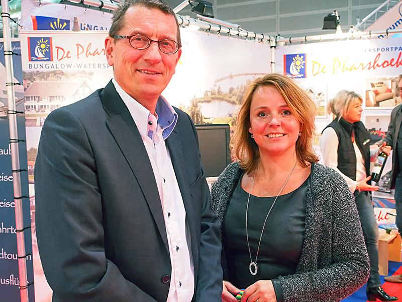 Wethouder Maarten Offinga van de gemeente Súdwest-Fryslân (Sneek) was ook een dagje op Boot Düsseldorf, hier in goed gezelschap van Bregina van Straten van Yachtcharter van Straten in Sneek. Mevrouw Van Straten zorgt er met de gemeente voor dat Sneker bedrijven goed vertegenwoordigd zijn op Boot Düsseldorf.