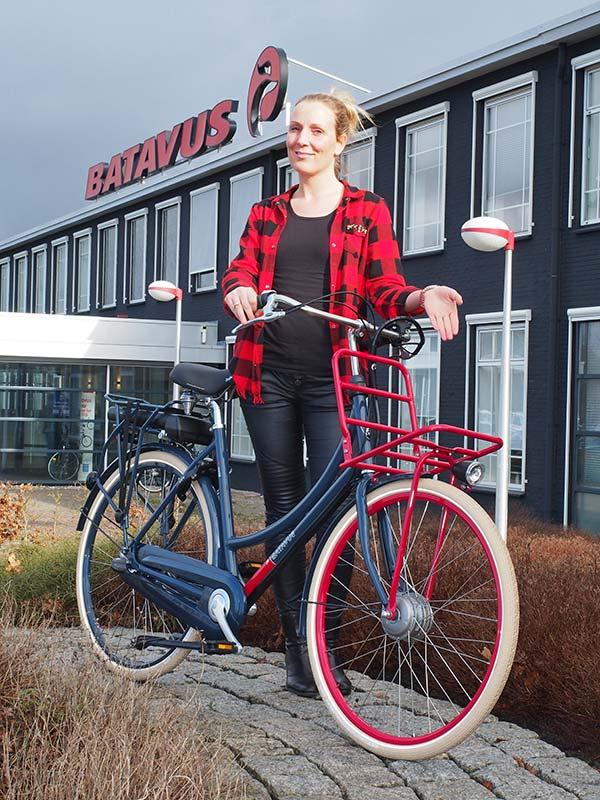 Neem plaats! Kirsten Boersma, marketing medewerker bij Batavus, toont de genomineerde 'transporter' CNCTB. E-go in damesuitvoering. De fiets kan getest worden tijdens de Holland E-bike Show in Home Center op 17, 18 en 19 maart 2016.