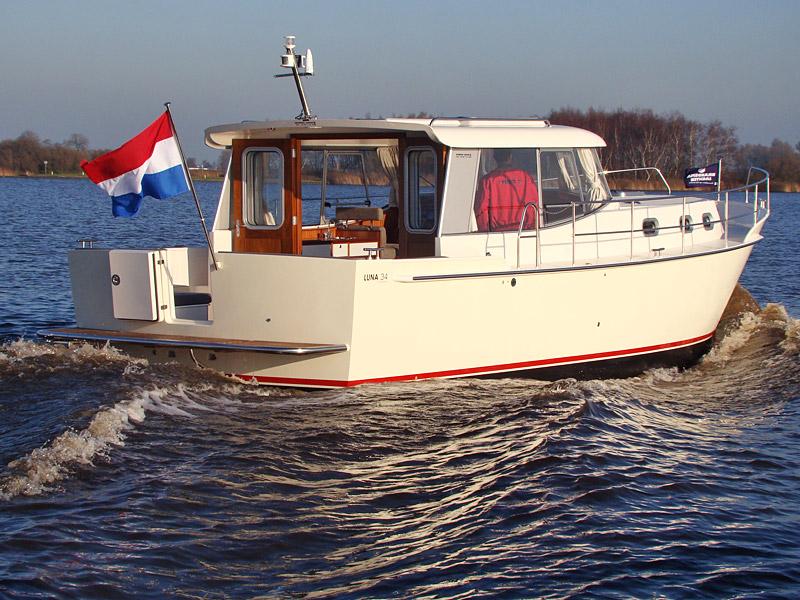 Brandsma Jachten uit Sneek stunt in Duitsland met een vaarklaar en compleet motorjacht, de tien meter lange Luna 34, voor slechts 120.000 euro.