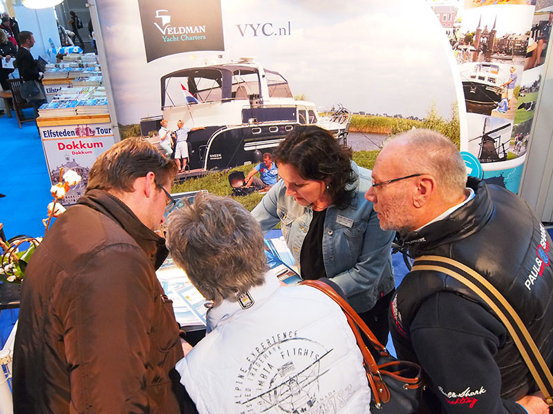 Jacqueline Veldman (midden) van Veldman Yacht Charters in Sneek helpt bezoekers aan een passende boot. Veldman is gespecialiseerd in zeer luxe jachten vol geavanceerde technieken die Jacquelines man Richard erin stopt. Info: http://www.vyc.nl/