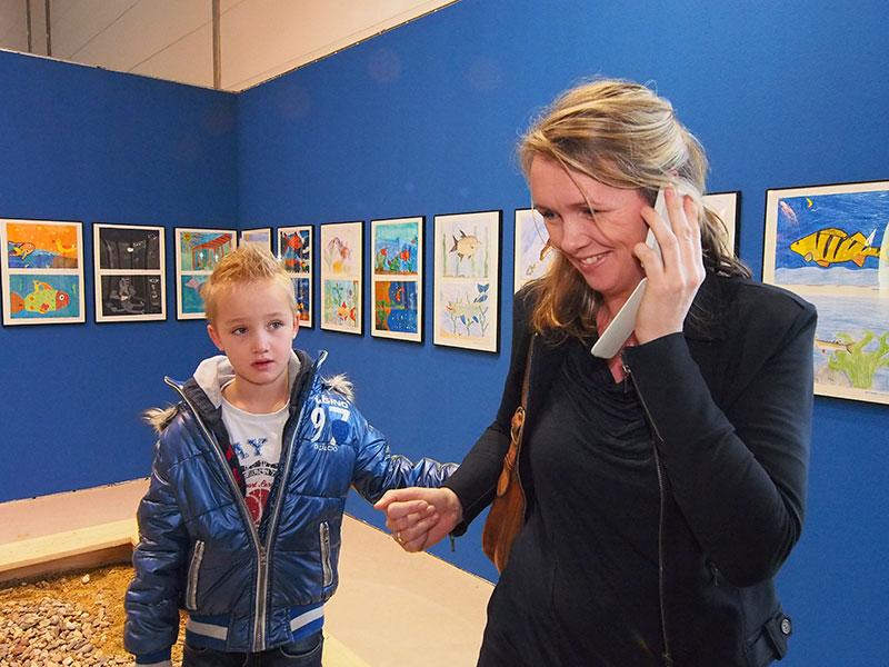 Hanita van der Schaaf, bazin van Beleef Friesland, geeft een live-interview aan Omrop Fryslân. Haar naar Düsseldorf meegereisde zoon luistert aandachtig mee.
