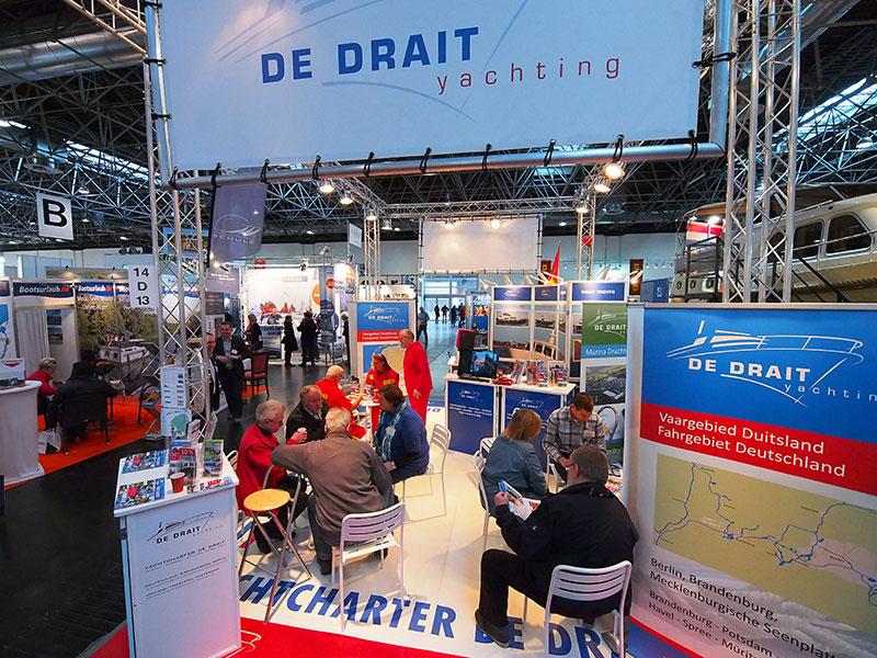 Open eilandstands, zoals jachtverhuurder en –bouwer Anne Bloemhoff van De Drait in Drachten heeft, scoren het best in volle hallen als hal 14. Info: http://www.dedrait.com/