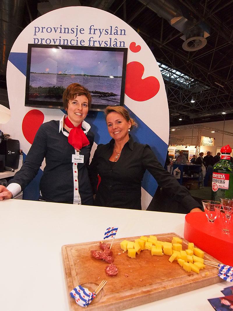 Hartige hapjes: Teatske Rienks, beursmanager van Beleef Friesland en Bregina van Straten, kapitein van Yachtcharter Van Straten in Sneek.