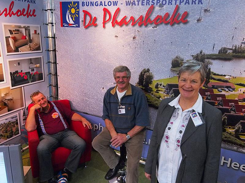 Jachtverhuurder Ultsje de Vries uit Heerenveen, traditiegetrouw in Friese klederdracht anno 2014, komt bij in de stand van Theo en Antsje Speerstra van bungalowpark De Pharshoeke in Heeg. De Speerstra's staan voor het laatst op de beurs; ze gaan met pensioen! Info: http://www.bootferienfryslan.de/ en www.pharshoeke.nl