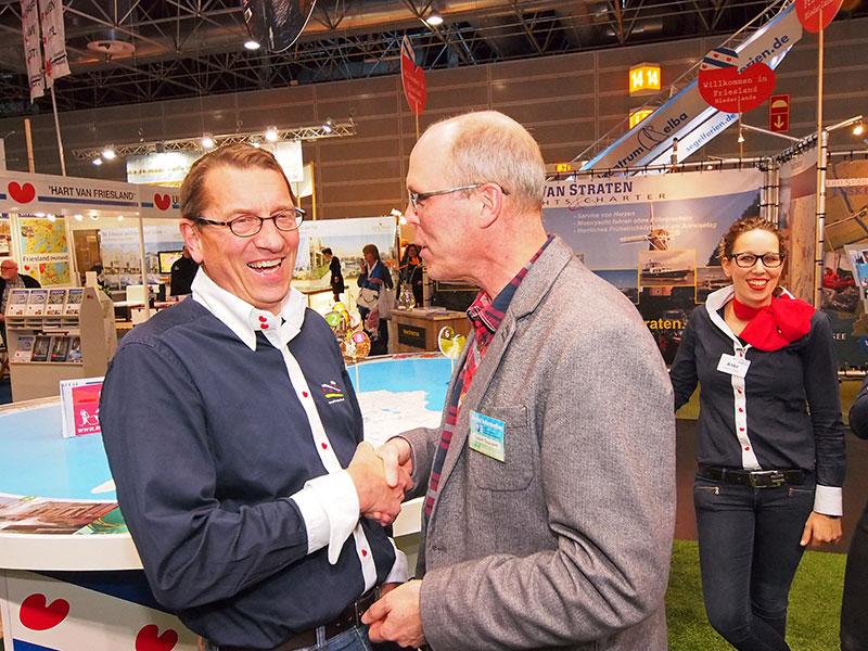 Robert Toussaint, directeur van VVV Zuidwest Friesland, lijkt de geüniformeerde wethouder Maarten Offinga van de gemeente Súdwest Fryslân te feliciteren met zijn nieuwe bijbaan: steward bij de provincie Fryslân. Info: http://www.vvvzuidwestfriesland.nl/