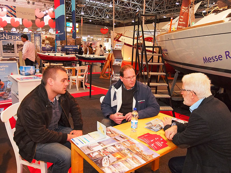 Boot Düsseldorf wordt ieder jaar door zo'n 25.000 Nederlanders bezocht. Erwin Schippers, manager van zeilinstituut De Bird in Heeg, (midden) bezoekt met een collega de stand van Kees Alberts (rechts), eigenaar-directeur van Ottenhome Heeg.