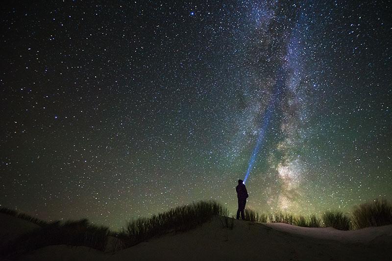 Alleen sterren en maan verlichten 's nachts buurtschap Zwarte Haan aan Friese Waddenkust