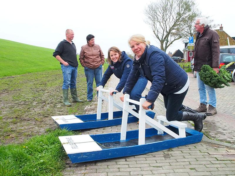 Deze toeristen, waaronder Désirée Gierveld 'oet Twente' (rechts), waren net te laat voor de wedstrijd. Ze belandden min of meer per ongeluk in Moddergat en de gezelligheid op het museumterrein trok hun aandacht.