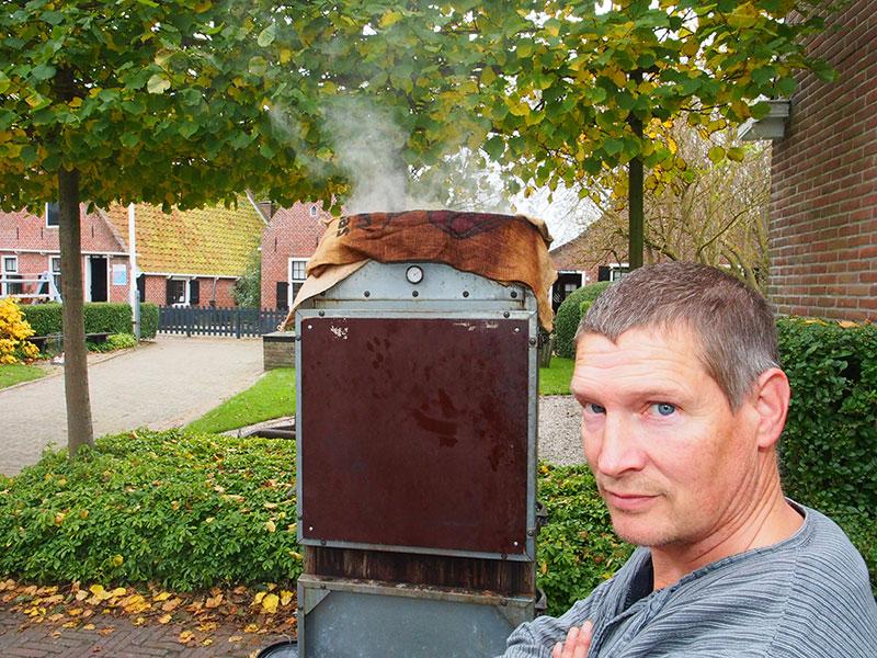 Sipke Dijkman is meester-palingroker (hij won vele prijzen) en verdient de kost als heftruckchauffeur bij koekjesgigant Hellema in Hallum. Anderhalf duurt het voor de paling gaar is en eerder gaat de zak er niet af.