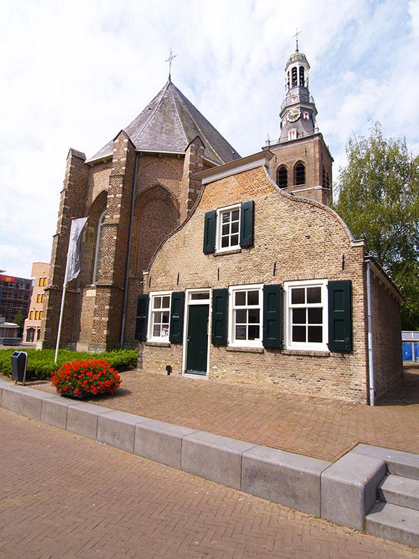 Het Informatie-centrum Vincent van Gogh is een klein informatiecentrum over Vincent van Gogh in Etten-Leur. Het centrum werd geopend op 30 maart 2007 en bevindt zich in de voormalige kosterswoning naast de Catharinakerk waar Van Goghs vader predikant was, aan de Markt 4 in het centrum van Etten-Leur. Info: http://www.vangoghbrabant.com/nl/locaties/etten-leur Fotografie: Albert Hendriks-Friesland Holland Nieuwsdienst.
